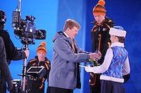 OLYMPICS: SOCHI: Medal Plaza, 09-02-2014, medaille uitreiking, 5000m Men, Koning Willem-Alexander (erelid IOC), Jorrit Bergsma (NED), ©foto Martin de Jong