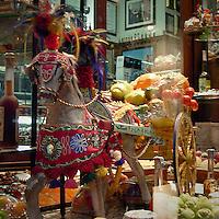 Il caratteristico carreto siciliano esposto in una vetrina del centro storico..