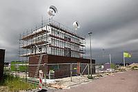 Nieuwbouw in Flevoland. Huis met windmolens op het dak