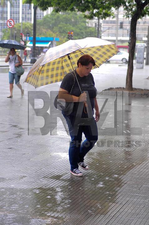 SAO PAULO, SP, 10 Janeiro 2012.Chuva no centro de Sao Paulo proximo ao Teatro Municipal  .  (FOTO: ADRIANO LIMA - NEWS FREE)
