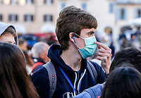 Tourists wear masks to protect themselves from the Covid-19 in Piazza di Spagna, Rome, February 25, 2020.<br /> UPDATE IMAGES PRESS/Riccardo De Luca