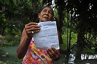 Barcarena, Par&aacute;, Brasil. <br /> Maria Salistiana, 69 anos mostra &aacute;gua leitosa das nascentes e seus problemas de sa&uacute;de. <br /> Gancho: Repercurss&atilde;o das comunidades que foram atingidas por dejetos da mineradora Hydro.  Local:  - Barcarena. Data: 08/03/2018. Foto: Mauro &Acirc;ngelo &Acirc;ngelo/ Di&aacute;rio do Par&aacute;.