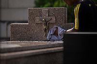 RIO DE JANEIRO, RJ, 02.11.2014 - DIA DE FINADOS - Movimentação no cemitério São João Batista, localizado em Botafogo, zona sul da cidade, neste dia de finados, 02. (Foto: Gustavo Serebrenick / Brazil Photo Press)