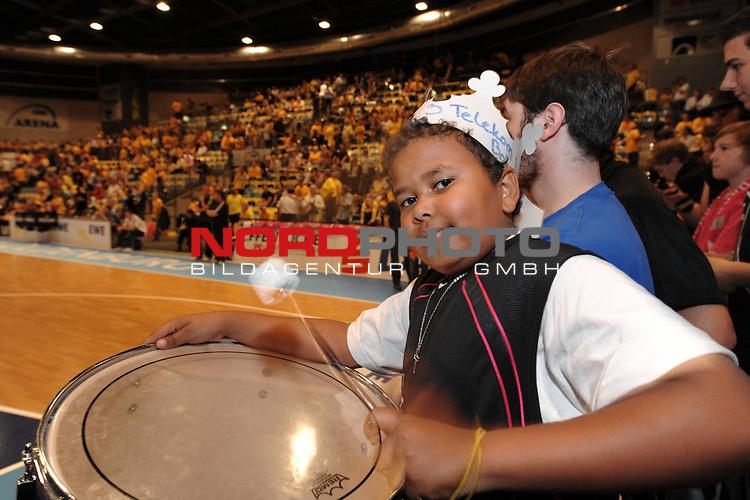 BBL 2008/2009 - Play Off - Finale  Spiel 5 von 5. 25.06.2009 EWE Arena Oldenburg<br /> <br /> EWE Baskets - Telekom Baskets Bonn<br /> <br /> der elfjaehrige Rouven aus Bonn ist sich des Sieges der Bonner Baskets sicher <br /> <br /> Foto &copy; nph ( nordphoto )