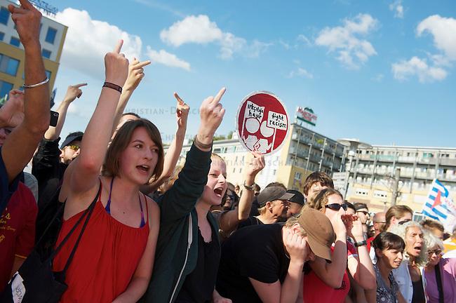 Die Neonazipartei NPD hielt am Samstag den 24. August 2013 in Berlin Hellersorf mit ca 120 Teilnehmern eine Kundgebung gegen eine Fluechtlingsunterkunft ab.<br />Etwa 750 Menschen protestierten lautstark gegen die NPD.<br />Die Polizei nahm mehrere Gegendemonstranten fest.<br />24.8.2013, BerlinCopyright: Christian Ditsch/version-foto.de<br />[Inhaltsveraendernde Manipulation des Fotos nur nach ausdruecklicher Genehmigung des Fotografen. Vereinbarungen ueber Abtretung von Persoenlichkeitsrechten/Model Release der abgebildeten Person/Personen liegen nicht vor. NO MODEL RELEASE! Don't publish without copyright Christian Ditsch/version-foto.de, Veroeffentlichung nur mit Fotografennennung, sowie gegen Honorar, MwSt. und Beleg. Konto:, I N G - D i B a, IBAN DE58500105175400192269, BIC INGDDEFFXXX, Kontakt: post@christian-ditsch.de.<br />Urhebervermerk wird gemaess Paragraph 13 UHG verlangt.]
