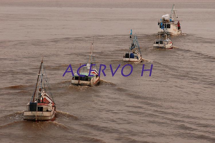 Barcos pesqueiros atravessam a baia de Maraj&oacute;.<br /> Maraj&oacute;, Par&aacute;, Brasil.<br /> 06/05/2006<br /> Foto Paulo Santos/Interfoto