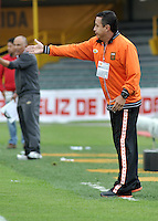 BOGOTA - COLOMBIA-27-04-2013: Juan C Sanchez, técnico del Envigado F.C., da instrucciones a los jugadores durante partido en el estadio Nemesio Camacho El Campin de la ciudad de Bogota, abril 27 de 2013. Independiente Santa Fe y Envigado F.C. durante partido por la decimotercera fecha de la Liga Postobon I. (Foto: VizzorImage / Luis Ramirez / Staff).  Juan C Sanchez, coach of Envigado F.C. gives instructions to the players during game in the Nemesio Camacho El Campin stadium in Bogota City, April 27, 2013. Independiente Santa Fe and Envigado F.C. in a match for the thirteenth round of the Postobon League I. (Photo: VizzorImage / Luis Ramirez / Staff).