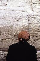 ISRAELE - Gerusalemme - .Muro del Pianto  - Zona riservata alle donne, donna prega