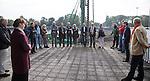 AMSTELVEEN - KNHB direkteur Erik Gerritsen (r)   en mevrouw Elvire Wagener (l) , achternichtje van Joop Wagener sr. , hebben samen , symbolisch , de eerste paal geslagen van de nieuwe tribune van het Wagener hockeystadion. COPYRIGHT KOEN SUYK.
