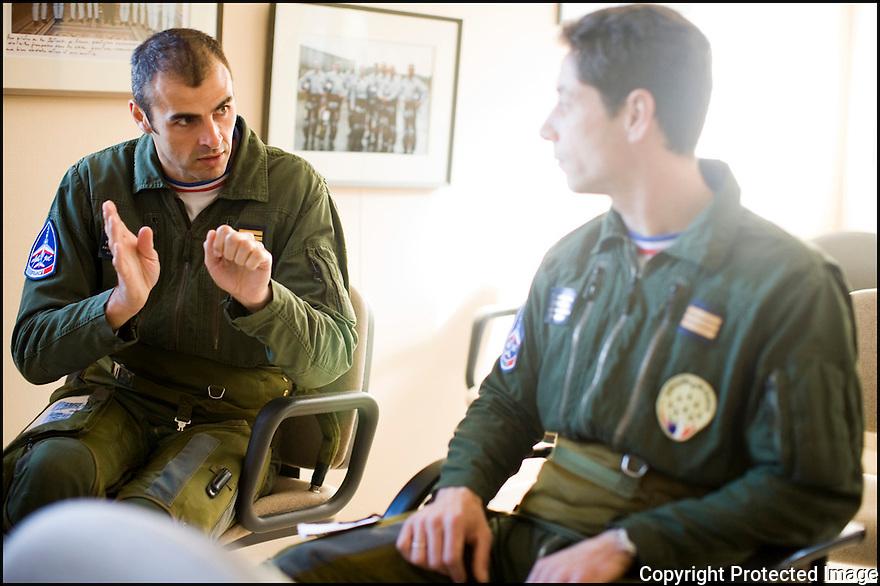 -2008- Salon-de-Provence- Capitaine François Breton et capitaine Georges-Eric Castaing, dans la salle de briefing juste après la « musique ».