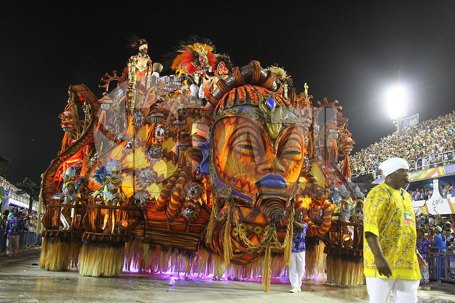 RIO DE JANEIRO, RJ, 17.02.2015 - CARNAVAL 2015 - RIO DE JANEIRO - GRUPO ESPECIAL / BEIJA-FLOR- Carro alegórico da escola de samba Beija-Flor durante desfile do grupo Especial do Carnaval do Rio de Janeiro, na madrugada desta terça-feira (16). ( Foto: Paulo Lisboa / Brazil Photo Press).
