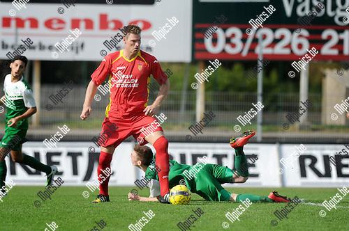 2014-09-21 / Voetbal / seizoen 2014-2015 / Kapellen - Diegem Sport / Wesley Geuens (Kapellen) zet Mathias Vyncke van de bal<br /><br />Foto: Mpics.be