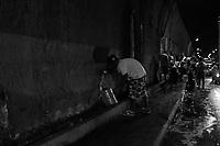 CARACAS - VENEZUELA, 01-04-2019:  Caraqueños se vieron obligados a hacer kilométricas colas en las paradas de transporte público, debido al colapso que ha provocado el cierre temporal del Metro de Caracas, tras las constantes fallas eléctricas en el país. Día y noche a algunos venezolanos les ha tocado agarrar agua que sale de las filtraciones en el tunel de El Valle, en Caracas. Desde hacer largas colas hasta recoger en las filtraciones en los túneles de Caracas: venezolanos deben ingeniárselas para conseguir un poco de agua. La falta del servicio se ha agudizado producto de los apagones que han afectado al país desde el pasado 7 de marzo. / Caraqueños were forced to make long lines at public transport stops, due to the collapse caused by the temporary closure of the Caracas Metro, following the constant power failures in the country. Day and night some Venezuelans have had to catch water that comes out of the filtrations in the tunnel of El Valle, in Caracas. From long queues to pick up in the leaks in the tunnels of Caracas: Venezuelans must manage to get some water. The lack of service has been exacerbated by the blackouts that have affected the country since last March 7. Photo: VizzorImage / Carolain Caraballo / Cont