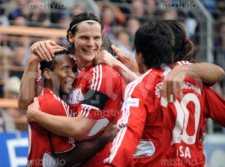 Fussball    1. Bundesliga    Saison 2008/2009    24. Spieltag     VfL Bochum - Bayern Muenchen   14.03.2009  Daniel VAN BUYTEN (Mitte) umarmt ZE ROBERTO (li, beide Muenchen) nach seinem Tor zum 1-0.