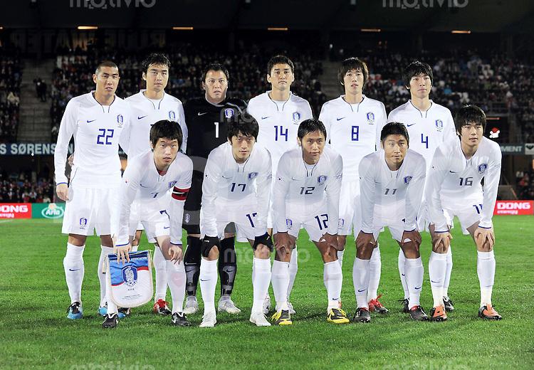 Fussball International WM 2010 Freundschaftsspiel  in Esbjerg, Daenemark , 14.11.2009. Daenemark - Suedkorea Teamfoto Suedkorea hintere Reihe vl: Du Ri CHA (22), Dong Gook LEE (20), Torwart Woon Jae LEE (1), Jung Soo LEE (14), Jung Woo KIM (8), Yong Hyung CHO (4) vordere Reihe vl: Ji Sung PARK (7), Chung Yong LEE (17), Young Pyo LEE (12), Keun Ho LEE (11), Sung Yueng KI (16)