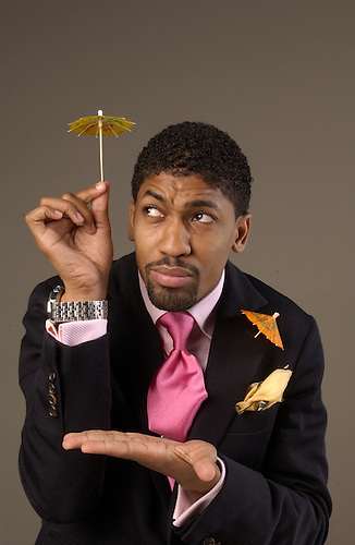 11/19/04--Fonzworth Bentley is P. Diddy's former personal assistant.  He plans to come out with his own line of umbrellas in 2005.  Photo by Steve Campbell     HOUCHRON CAPTION (12/29/2004) SECNEWS COLORFRONT:  Fonzworth Bentley has gone from being P. Diddy's (NOT PICTURED) personal assistant to a celebrity in his own right.     HOUCHRON CAPTION (12/29/2004) SECSTAR COLOR:  IS IT RAINING? The impeccably dressed Fonzworth Bentley is filling a fashion niche with his line of umbrellas.        HOUCHRON CAPTION (01/07/2005) SECLAVIBRA COLOR:  EL QUE CON LOBOS  ANDA....:  gracias a su forma de vestir y a su trabajo con P. Diddy, Fonzworth Bentley se ha vuelto una celebridad.