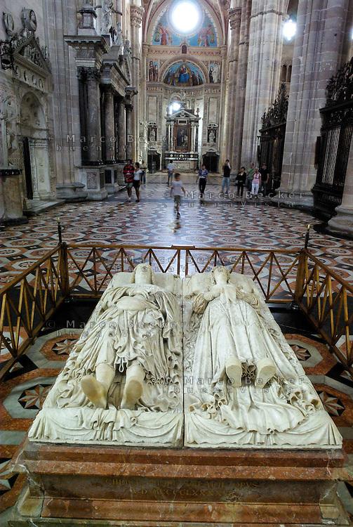 Monastero Certosa di Pavia. Monumento funebre (vuoto) di Ludovico il Moro e Beatrice d'Este, appoggiato su marmo rosso --- The monastery Certosa di Pavia. The (empty) tomb of Ludovico il Moro e Beatrice d'Este, placed on red marble