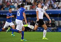 FUSSBALL EURO 2016 VIERTELFINALE IN BORDEAUX Deutschland - Italien      02.07.2016 Mario Gomez (re, Deutschland) kann Andrea Barzagli (li, Italien) enteilen