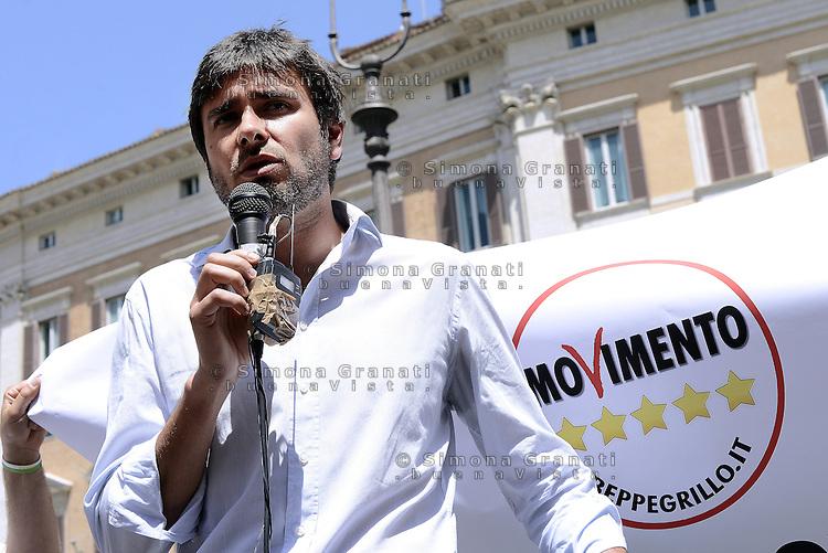 Roma, 19 Maggio 2015<br /> Alessandro Di Battista.<br /> Protesta in Piazza Montecitorio del Movimento 5 Stelle contro il DDL scuola in discussione alla Camera
