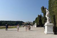 Park der Sp&auml;tbarocken Sommerresidenz Schloss Sch&ouml;nbrunn, Wien, &Ouml;sterreich, UNESCO-Weltkulturerbe<br /> Park of  late Baroque summerresidence Schloss Sch&ouml;nbrunn, Vienna, Austria, world heritage