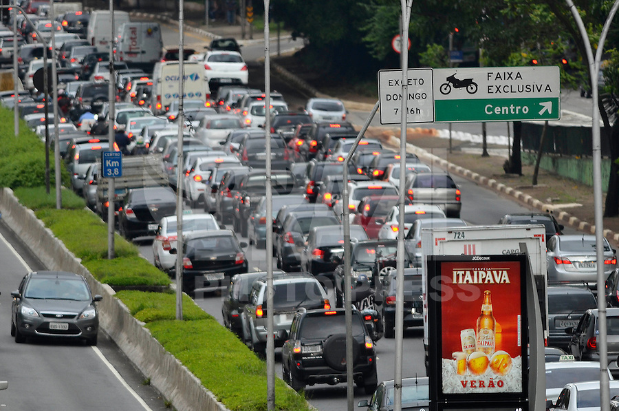 SÃO PAULO, SP, 17.01.2014 – TRÂNSITO EM SÃO PAULO: Trânsito congestionado na Av. 23 de Maio, próximo ao Parque do Ibirapuera, zona sul de São Paulo na tarde desta sexta feira. (Foto: Levi Bianco / Brazil Photo Press).
