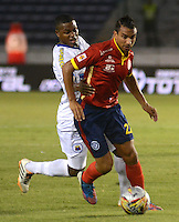 BARRANQUILLA- COLOMBIA -25 -02-2015: Juan Berdum (Der.) jugador de Uniautonoma disputa el balón John F Hurtado (Izq.) jugador de Deportivo Pasto, durante partido entre Uniautonoma y Deportivo Pasto por la fecha 6 de la Liga Aguila I-2015, jugado en el estadio Metropolitano Roberto Melendez de la ciudad de Barranquilla. / Juan Berdum (R) player of Uniautonoma vies for the ball with John F Hurtado (L) player of Deportivo Pasto, during a match between Uniautonoma and Deportivo Pasto for the date 6 of the Liga Aguila I-2015 at the Metropolitano Roberto Melendez Stadium in Barranquilla city, Photo: VizzorImage. / Alfonso Cervantes / Str.