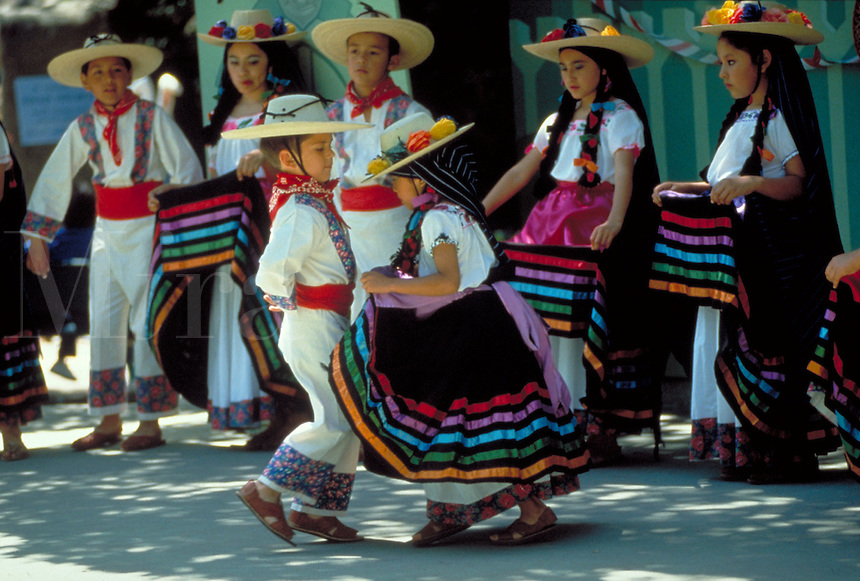 HISPANIC CHILDREN CELEBRATE CINCO DE MAYO IN DANCE. HISPANIC DANCERS. OAKLAND CALIFORNIA.