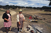 PORTUGAL, Alentejo, cork forest, women cook food for the forest worker on open fire / PORTUGAL, Alentejo, Korkeichenwald, Frauen kochen Essen in Tonkrugen auf Lagerfeuer fuer die Waldarbeiter
