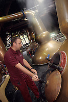 "Europe/Grande Bretagne/Ecosse/Moray/Speyside/Keith : Distillerie Strathisla Whisky Chivas - La distillation du wash dans des alambics en cuivre ""pot-stills"" [Non destiné à un usage publicitaire - Not intended for an advertising use]"