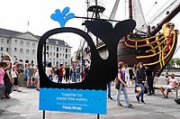 Nederland-  Amsterdam - 2019. Scheepvaartmuseum. VOC schip de Amsterdam. Het Scheepvaartmuseum is deze keer het begin- en eindpunt van de Pride Plastic Fishing ; plastic vissen in de grachten de dag na de Canal Parade. Plastic Whale wil samen met alle Amsterdammers de stad plasticvrij maken. Daarom organiseren zij o.a. jaarlijks twee verschillende publieke events; Het Koningsvissen en de Pride Plastic Fishing. Plastic Whale is de eerste professionele plastic fishing company ter wereld. Een social enterprise met een missie: Het water plastic vrij maken. Dat wordt gedaan door met zoveel mogelijk mensen plastic te vissen. Van het opgeviste plastic worden o.a. sloepen en meubels gemaakt.   Foto mag niet in negatieve / schadelijke context gepubliceerd worden.    Foto Berlinda van Dam / Hollandse Hoogte
