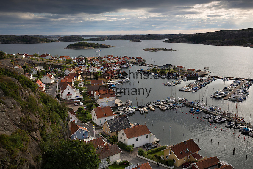 Sweden, Vaestra Goetaland County, Fjaellbacka: View over harbour and town from Vetteberget cliff   Schweden, Vaestra Goetalands laen, Fjaellbacka: vom Vetteberg aus gesehen
