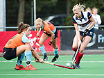 HUIZEN  -  Sascha Olderaan (HUI) met Evaline Janssens (Gro)   , hoofdklasse competitiewedstrijd hockey dames, Huizen-Groningen (1-1)   COPYRIGHT  KOEN SUYK