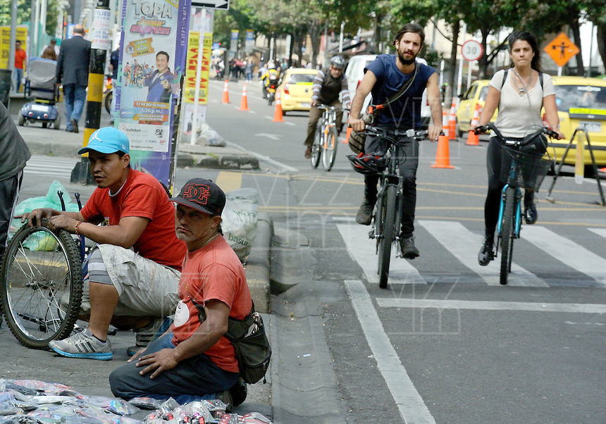 BOGOTÁ - COLOMBIA 22-09- 2015: Un  ciclista, hoy durante el Día sin Carro./ A bike fixers were seen today during the Car Free Day in Bogotá. Photo: VizzorImage / Gabriel Aponte / Staff