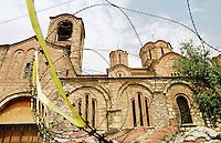 Eine mit sogenanntem Nato-Draht gesicherte serbisch-orthodoxe Kirche in Prizren. Kosovo-Albaner haben damit gedroht die Kirche aus Rache an den Serben zu zerstoeren.<br /> Prizren/Jugoslawien, 30.7.1999<br /> Copyright: Christian-Ditsch.de<br /> [Inhaltsveraendernde Manipulation des Fotos nur nach ausdruecklicher Genehmigung des Fotografen. Vereinbarungen ueber Abtretung von Persoenlichkeitsrechten/Model Release der abgebildeten Person/Personen liegen nicht vor. NO MODEL RELEASE! Don't publish without copyright Christian-Ditsch.de, Veroeffentlichung nur mit Fotografennennung, sowie gegen Honorar, MwSt. und Beleg. Konto: I N G - D i B a, IBAN DE58500105175400192269, BIC INGDDEFFXXX, Kontakt: post@christian-ditsch.de<br /> Urhebervermerk wird gemaess Paragraph 13 UHG verlangt.]