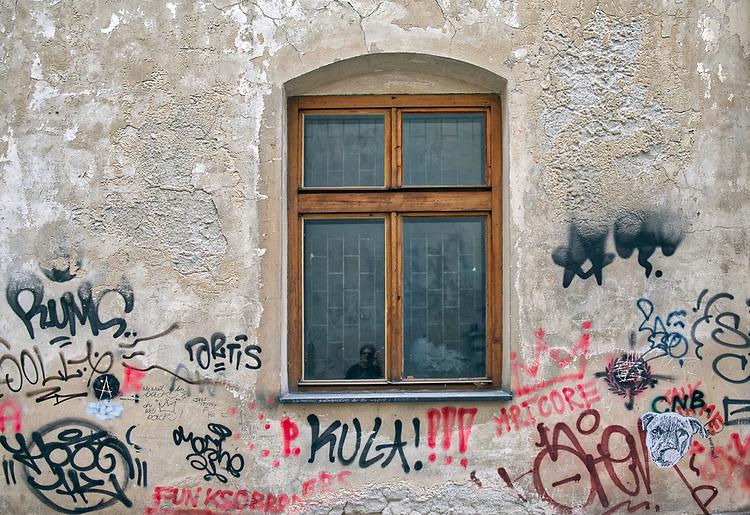 Kraków, 2018.06.10. Grafitti na ścianie kamienicy przy ulicy Izaaka na Krakowskim Kazimierzu.