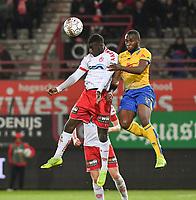 KV KORTRIJK - UNION ST GILLOISE :<br /> Aboubakary Koita (L) wint het in de lucht van Youssoufou Niakate (R) <br /> <br /> Foto VDB / Bart Vandenbroucke