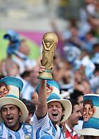FUSSBALL WM 2014  VORRUNDE    GRUPPE F     Argentinien - Iran                         21.06.2014 Argentinische Fans feiern den 1-0 Sieg mit dem WM Pokal