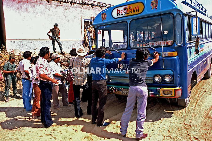 Bloqueio de estradas na guerra civil de El Salvador. 1981. Foto de Juca Martins.