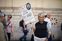 """Una manifestante espone il suo cartello alla manifestazione """"Occupy Wall Street"""" di Roma"""