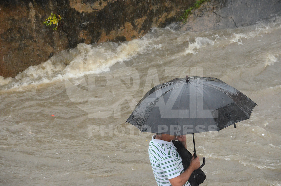 RIO DE JANEIRO, RJ, 11.12.2013 - CHUVA / RJ -  Rio Maracanã quase transbordando, na manhã desta quarta-feira (11) com muita chuva no rio de janeiro, no maracanã, zona norte da cidade do Rio de Janeiro. (Foto: Marcelo Fonseca / Brazil Photo Press).