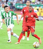 MEDELLÍN -COLOMBIA - 04-06-2016: Sherman Cardenas (Izq) jugador de Atlético Nacional disputa el balón con Carlos Arboleda (Der) jugador de Rionegro Águilas partido de vuelta de los cuadrangulares finales de la Liga Águila I 2016 jugado en el estadio Atanasio Girardot de la ciudad de Medellín. / Sherman Cardenas (L) player of Atletico Nacional  fights for the ball with Carlos Arboleda (R) player of Rionegro Aguilas during the second leg match of the finals quadrangular of the Aguila League I 2016 at Atanasio Girardot stadium in Medellin city. Photo: VizzorImage/León Monsalve/STR
