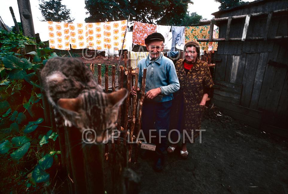 Poland, September, 1981 - A farmer in the Kolno region enjoys a cigarette after a day of harvesting potatoes.<br /> Pologne, septembre 1981 &ndash; Dans la r&eacute;gion de Kolno, un vieux fermier fume une cigarette bien m&eacute;rit&eacute;e en rentrant sa r&eacute;colte de pomme de terre.