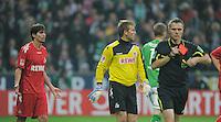 FUSSBALL   1. BUNDESLIGA   SAISON 2011/2012    12. SPIELTAG  05.11.2011 SV Werder Bremen - 1.FC Koeln Henrique Sereno 1. FC Koeln) bekommt vo Schiedsrichter Michael Weiner (re) die Rote Karte