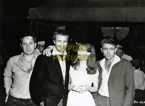 ELIA KAZAN (DIRECTOR), MARLON BRANDO, JULIE HARRIS & JAMES DEAN.on the set of East of Eden (1955) .*Filmstill - Editorial Use Only*.CAP/STF/PEL.Supplied by Capital Pictures.