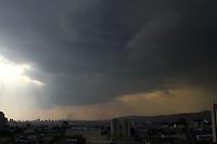 GUARULHOS,SP - 08.02.2014 - CLIMA TEMPO - Nuvens carregadas durante o fim de tarde / inicio de noite na cidade de Guarulhos, grande São Paulo, neste sábado, 08. (Foto: Geovani Velasquez / Brazil Photo Press)