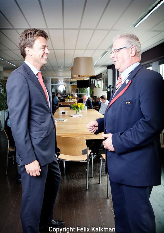 Utrecht, 4 augustus 2010.Harry van de Kraats (links), directeur P&O van NS, in gesprek met hoofdconducteur Ad Harms op het pesoneelsverblijf Utrecht CS..Foto Felix Kalkman