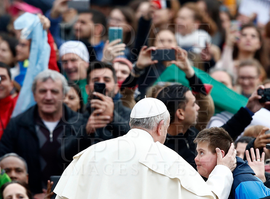 Papa Francesco accarezza un bambino al suo arrivo all'udienza generale del mercoledi' in Piazza San Pietro, Citta' del Vaticano, 28 marzo, 2018.<br /> Pope Francis caresses a child as he arrives to lead his weekly general audience in St. Peter's Square at the Vatican, on March 28, 2018.<br /> UPDATE IMAGES PRESS/Isabella Bonotto<br /> <br /> STRICTLY ONLY FOR EDITORIAL USE