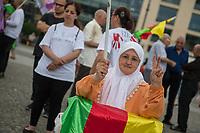 Mahnwache anlaesslich des Genozid des sog. Islamischen Staat (IS) an den Yeziden im Irak.<br /> Am 3. August 2017 gedachten Yezidinnen und Yeziden der Massaker des IS an den irakischen Yeziden in der Region Sengal 2014. Dieses Massaker wurde von den Vereinten Nationen als Genozid bezeichnet, da es dem IS ausschliesslich darum ging, die Yeziden als Bevoelkerungsgruppe auszuloeschen. Besonders grausam und gezielt ging der IS gegen die yezidischen Frauen vor.<br /> 3.8.2017, Berlin<br /> Copyright: Christian-Ditsch.de<br /> [Inhaltsveraendernde Manipulation des Fotos nur nach ausdruecklicher Genehmigung des Fotografen. Vereinbarungen ueber Abtretung von Persoenlichkeitsrechten/Model Release der abgebildeten Person/Personen liegen nicht vor. NO MODEL RELEASE! Nur fuer Redaktionelle Zwecke. Don't publish without copyright Christian-Ditsch.de, Veroeffentlichung nur mit Fotografennennung, sowie gegen Honorar, MwSt. und Beleg. Konto: I N G - D i B a, IBAN DE58500105175400192269, BIC INGDDEFFXXX, Kontakt: post@christian-ditsch.de<br /> Bei der Bearbeitung der Dateiinformationen darf die Urheberkennzeichnung in den EXIF- und  IPTC-Daten nicht entfernt werden, diese sind in digitalen Medien nach §95c UrhG rechtlich geschuetzt. Der Urhebervermerk wird gemaess §13 UrhG verlangt.]
