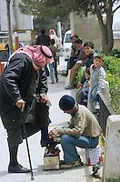 SYRIA, Aleppo, child polish shoes for arab / SYRIEN Aleppo, Junge putzt Araber die Schuhe