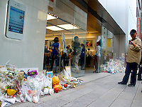 Hommage to Steve Jobs outside Ginza Apple Store in Tokyo, Japan. October 15, 2011